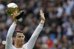 Роналду показал «Золотой мяч» болельщикам «Реала»