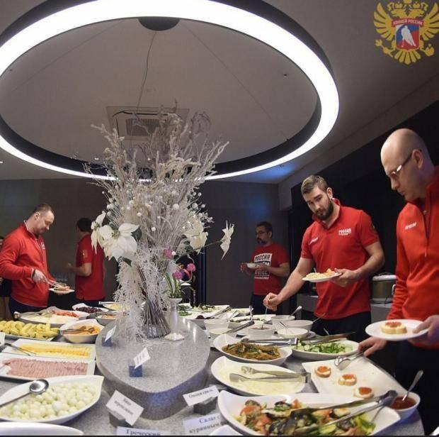 «Яйца перепелиные, красная икра…» Чем кормят наших хоккеистов в Южной Корее