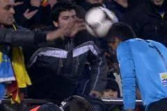 Во время матча Кубка Испании болельщик бросил мяч в голову голкиперу «Леванте» [ФОТО]