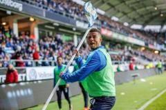 В матче чемпионата Швеции игрок запустил угловой флаг в зрителей