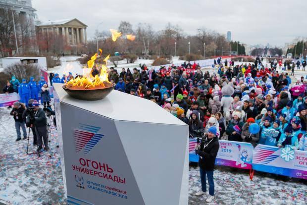 Огонь Зимней универсиады-2019 пронесли по главному проспекту Екатеринбурга