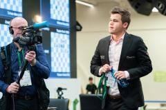 «Карлсен в ужасе выбежал из зала». Норвежец стартовал с поражения на ЧМ по рапиду