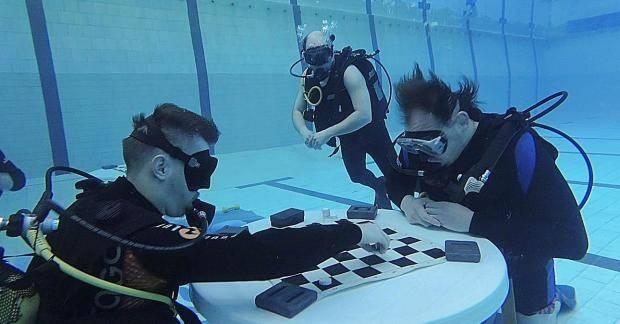 В новокузнецком бассейне состоялся первый подводный шашечный турнир