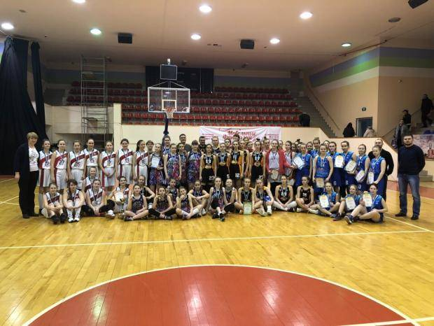Девушки разыграли награды первенств, а мужчины и женщины чемпионата Коми по баскетболу