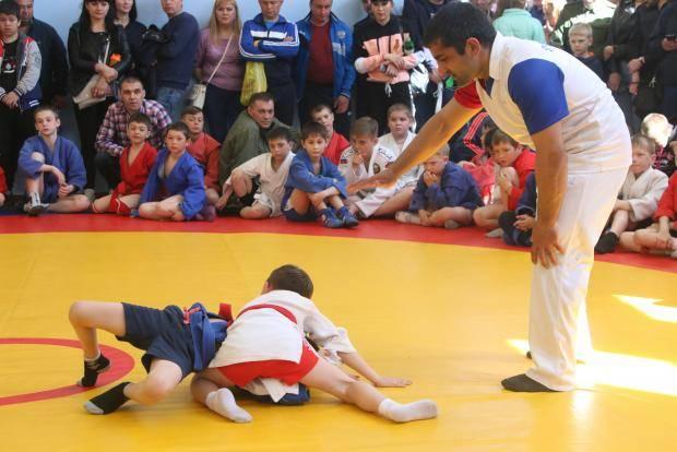 В селе Бобровка прошел детский турнир по самбо на новом борцовском ковре