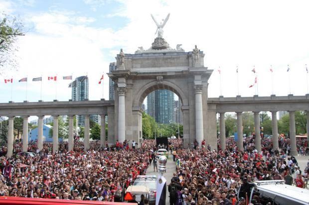 Безумие в Торонто. «Рэпторз» чествуют два миллиона человек (фото, видео)