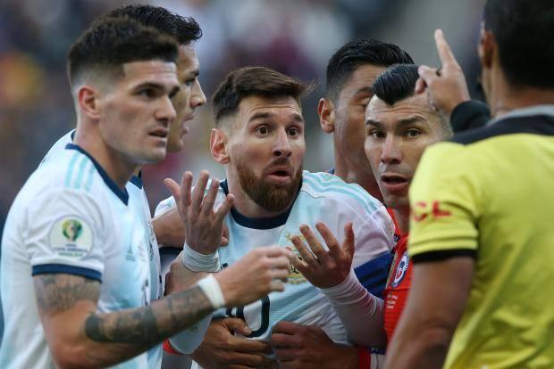 Месси завершил Кубок Америки вторым в жизни удалением. Аргентина взяла бронзу