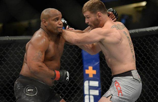 Кормье бился, но проиграл. Миочич нокаутировал его и отобрал пояс чемпиона UFC (видео)