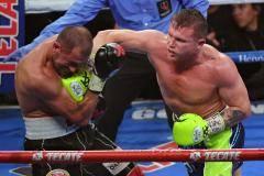 Ковалева жестоко нокаутировали. Альварес отобрал титул у россиянина (видео)