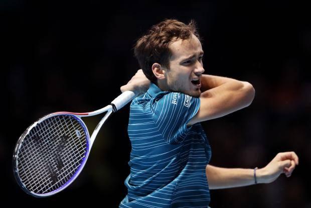 Медведев проиграл Надалю, потерпев второе поражение на Итоговом турнире АТР