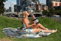 Победительница Australian Open в роскошном платье устроила фотосессию на фоне видов Мельбурна