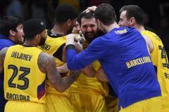 Джеймс овертайм назначил, но Миротич его отменил. ЦСКА проиграл концовку «Барсе»