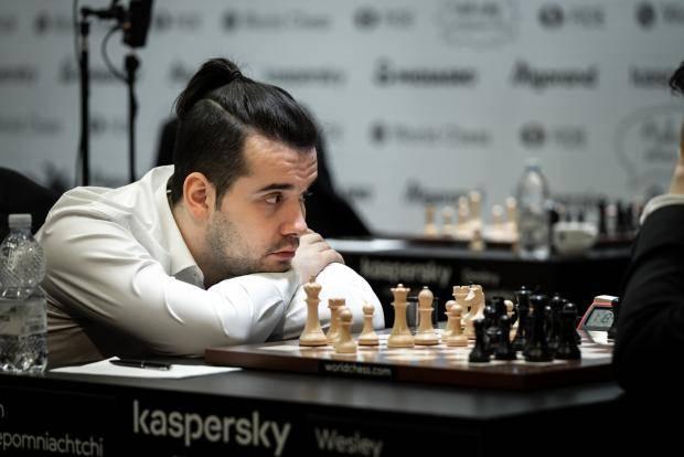 Непомнящий выжил Гири. Российский гроссмейстер красиво обыграл голландца