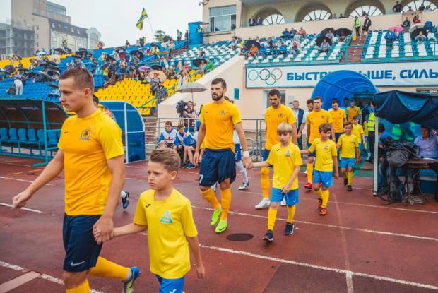 «Дать этим футбольным профи по 7500 рублей в месяц – как всем, кто потерял работу»