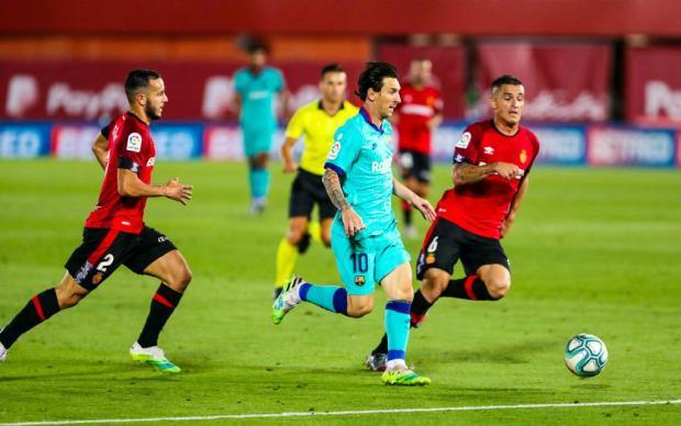 У Месси рекорд, «Наполи» вышел в финал Кубка Италии, Блаттер снова под подозрением