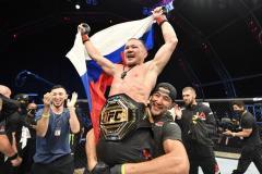 Тотальное избиение. Россиянин Ян стал чемпионом UFC, победив легендарного бразильца Алдо (видео)