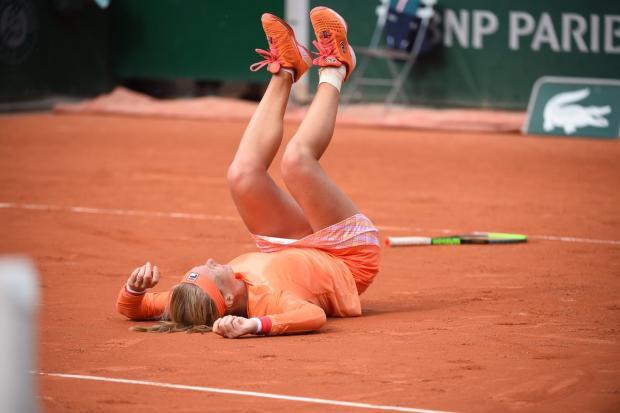Бертенс покинула корт на коляске, Александрова вышла в третий круг