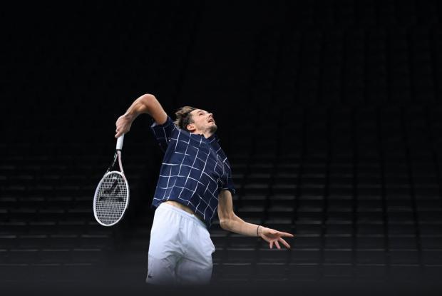 Медведев вышел в четвертьфинал «Мастерса» в Париже, обыграв Де Минаура в трех сетах