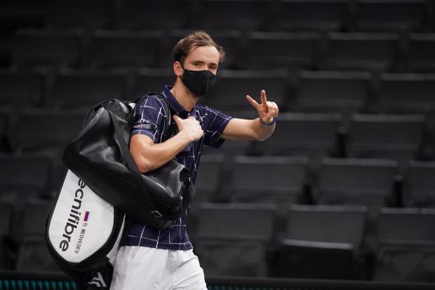 Медведев вышел в финал «Мастерса» в Париже, обыграв Раонича