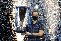 Непревзойденный. Медведев победил трех лучших теннисистов мира и выиграл Итоговый чемпионат