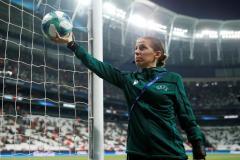 Стефани Фраппар – первая девушка, которая обслужит матч мужской Лиги чемпионов