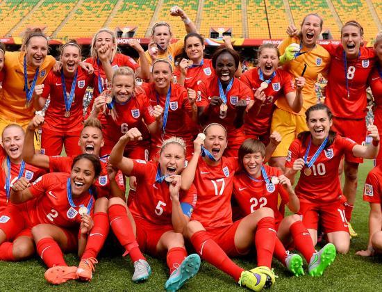 «Эта игра абсолютно не подходит прекрасному полу». 100 лет назад в Англии запретили женский футбол