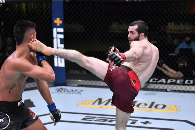 Россиянин Валиев одержал первую победу в UFC