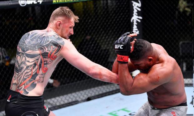 Волков нокаутировал Оверима в главном бою турнира UFC Fight Night 184