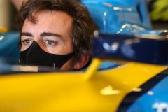 «Я в порядке. Жду старта сезона!». Фернандо Алонсо попал под машину, но избежал серьезных травм
