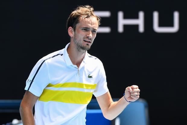 Медведев вышел в 1/8 финала Australian Open, обыграв Краиновича в пяти сетах