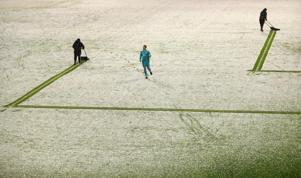 Матч «Бавария» – «Арминия» дважды останавливали, чтоб расчистить разметку. Гости ведут 2:0