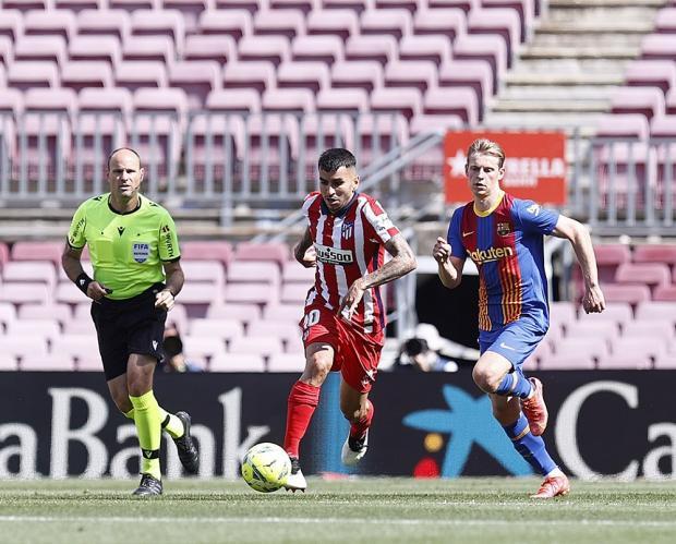 «Атлетико» сыграл вничью с «Барселоной» и сохранил лидерство в примере