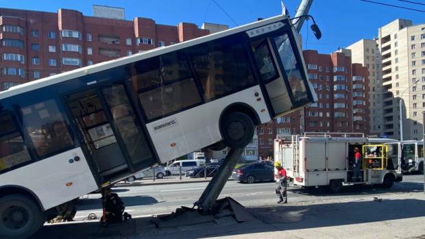 В Санкт-Петербурге автобус врезался в фонарный столб