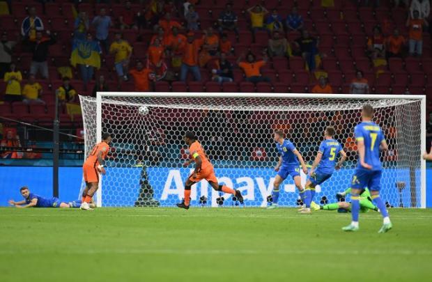 Вейналдум открыл счет в матче Нидерландов с Украиной