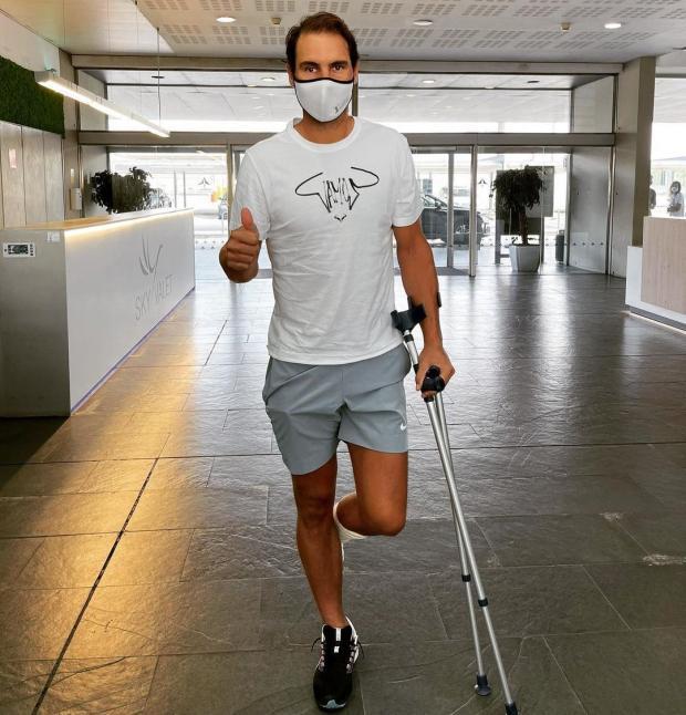 Надаль перенес операцию на ноге и передвигается на костылях (фото)