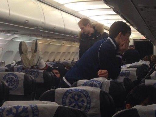 «Игроки кутаются в одеяла. В самолете очень холодно»