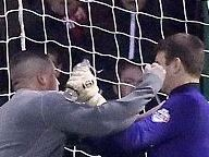 В Англии болельщик напал на вратаря во время матча (видео)