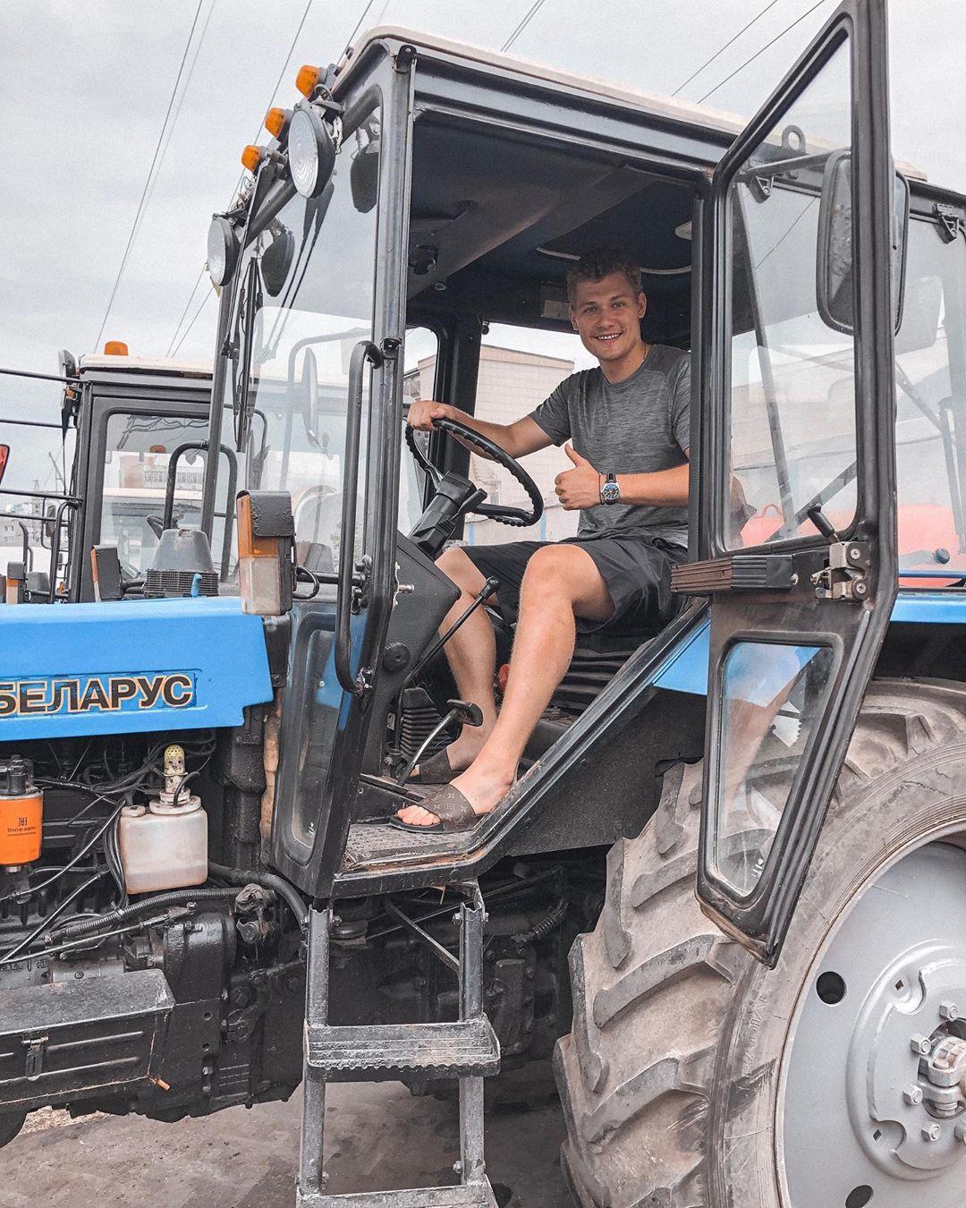 Свадьба, поездка на тракторе и исполнение детской мечты: как отдыхают хоккеисты
