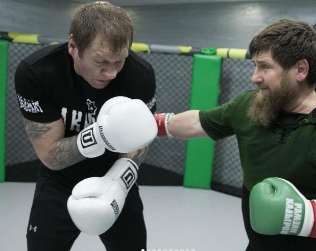 Российский боец попал в ДТП в Тайланде, Емельяненко тренируется с Кадыровым. Главное в ММА за неделю
