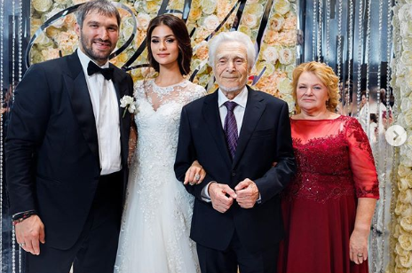 Жена Овечкина сообщила о смерти своего деда из-за коронавируса