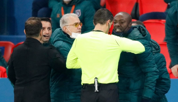 Румынский судья сказал турецкому тренеру «негру» и был отстранен прямо во время матча. ЧП в Париже