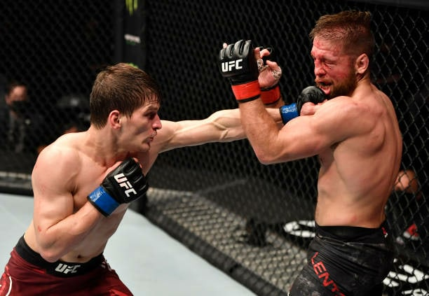 Россияне одерживают победы, Порье нокаутировал Макгрегора. Главные моменты турнира UFC 257